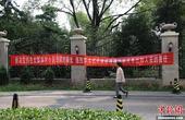 """8月14日,北京人济山庄""""楼顶别墅""""相邻C座26楼住户高先生在自家窗户就可直视""""楼顶别墅"""",他在此居..."""