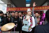 北京时间4月8日下午,夺冠后的新疆男篮乘球队专机返回乌鲁木齐,大批球迷已早早等待在机场外,球队受到球...
