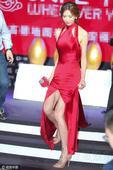 日前,林志玲在北京出席活动时,踩高跟鞋上下台阶提着裙摆小心翼翼,而中间高开叉的红裙也让她抬腿时腿根毕...