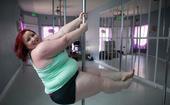 """美国的专业钢管舞者卢茵(LuAyne Brown),小名""""露露""""留着一头火红的头发,比她头发更红的是..."""