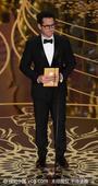 搜狐娱乐讯 第88届奥斯卡颁奖礼举行,J-J-艾布拉姆斯颁发最佳导演奖。