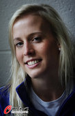 2012年7月20日,英国赛跑女将夏普拍摄写真,笑容甜美清新可人。