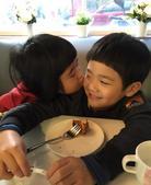 搜狐娱乐讯 1月18日下午曹格妻子吴速玲在微博上晒出了Grace和Joe喝下午茶的萌照。照片上Gra...
