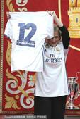 北京时间6月5日凌晨,刚刚捧夺大耳朵杯的皇马众将来到马德里市政厅,受到马德里自治区主席锡丰特斯、以及...