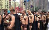 搜狐娱乐讯 近日,上百位穿着斯巴达勇士衣服的外国男子今天走上北京街头开展宣传活动,但因对周边秩序造成...