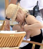 近日,格温·史蒂芬妮与家人现身意大利某海滩度假,辣妈史蒂芬妮在海滩大方为儿子哺乳,画面温馨有...