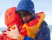 搜狐韩娱讯 韩国男演员李敏镐和少女时代成员允儿为某户外服品牌拍摄一则广告,暴雪天在海边紧紧相拥的两人...