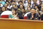 据朝中社报道,朝鲜朝鲜最高领导人金正恩15日携夫人李雪主观看了2013年青年和成人级亚洲杯与俱乐部举...