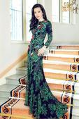 """搜狐娱乐讯(图/玄反影)李冰冰身穿墨绿色花裙坐在窗边,优雅迷人,宛如""""森林女王""""。在开幕红毯上李冰冰..."""