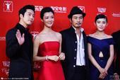 搜狐娱乐讯 第18届上海电影节闭幕红毯,车晓、连凯、热依扎等齐亮相为新片《真相禁区》造势。而身着一袭...
