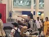 日前王菲同李嫣就被网友发现现身迪拜机场,王菲依旧是平时的幽雅打扮,尽显天后风范,而在旁的李嫣就穿着一...