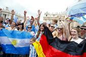 本届世界杯德国和阿根廷之间最后的决战一触即发,马拉卡纳球场外,德国和阿根廷的球迷早已严阵以待,静等这...