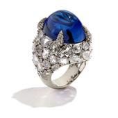 蓝色静谧而沉稳,令人凝神平和,这种带着皇室气息的色彩似乎总让人联想到知性与尊贵。9款蓝色珠宝做工精美...