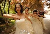 """2013年6月1日,山东聊城大学音乐学院几名女大学生别出心裁,穿着租用的婚纱,一起拍摄了一组""""婚纱版..."""