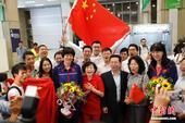 当地时间8月1日,中国女排抵达里约热内卢加利昂国际机场,不少华人华侨到场迎接。图为中国女排主教练郎平...