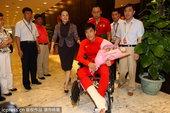 北京时间2012年8月14日,在英国接受完手术治疗的刘翔返回上海,坐在轮椅上的刘翔身着红色运动装精神...