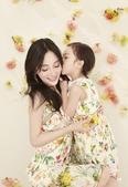近日,有网友曝光了一组李小璐与女儿甜馨一起拍摄的母子写真,两人穿着亲子装十分温馨有爱,而甜馨也遗传了...