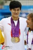 北京时间2012年8月2日,2012年伦敦奥运会,孙杨展示奖牌,金银铜一个都不能少。更多奥运视频>>...