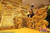 """山东一酒店打造""""黄金龙椅"""" 近2万张金箔装饰"""