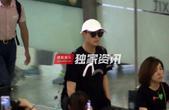 搜狐娱乐讯 (优点娱乐/图文)近日摄影师在机场偶遇秦俊杰。当天秦俊杰刚露面便和粉丝们打招呼。