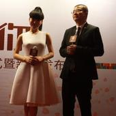 11日,吴莫愁代言某产品签约仪式暨新闻发布会。吴莫愁当天身穿白色长裙,一改以往的怪咖装扮,显得十分清...