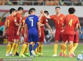 北京时间6月7日19:35,中国男足坐镇广州天河体育中心迎来与菲律宾男足的热身赛。图为比赛精彩瞬间。