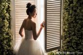 4月24日,奥运会女双混双冠军、退役羽毛球名将赵云蕾在微博晒出写真照,照片中的她身着婚纱。赵云蕾发文...