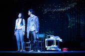搜狐娱乐 11月11日晚,张嘉佳唯一独家授权舞台剧《摆渡人》于南京首演,收获了一致好评。该舞台剧由北...