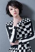 搜狐娱乐讯 近日,演员穆婷婷曝光一组时尚写真。片中,穆婷婷身着黑白不规则图形长裙,优雅大气中仍带着一...