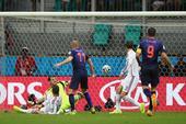 北京时间6月14日,西班牙与荷兰的比赛进行至第52分钟,罗本禁区内晃倒了皮克,随后低射破门,卡西利亚...