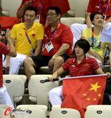 2012年8月5日,2012年伦敦奥运会,焦刘洋与男友陈祚观战游泳比赛。 更多奥运视频>> 更多奥...