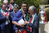 2016年7月11日,葡萄牙里斯本。葡萄牙队大巴游行,全城欢欣舞动狂欢庆祝。葡萄牙总统马塞洛接见了冠...