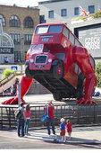 当地时间2012年7月23日,伦敦,捷克艺术家David Cerny设计出一辆做俯卧撑的双层巴士,用...