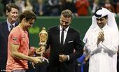 北京时间1月11日,卡塔尔公开赛费雷尔夺男子单打冠军,小贝为其颁奖。
