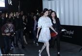 搜狐娱乐讯 日前,倪妮抵达某商场。当日,倪妮身穿一袭白色花纹透视裙显清纯靓丽,露修长美腿,一...