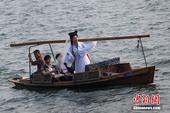 """2014年2月1日,大年初二,杭州西湖边,一位打扮成""""白娘子""""造型的游客,乘游船上了断桥,经过白..."""