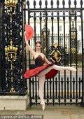 近日,英国年轻芭蕾舞者洛丽塔-萨默斯凯尔斯(Lauretta Summerscales)拍摄了一组写...