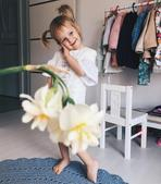 妈妈用各种蔬菜水果借位给女儿打扮拍照,记录她的成长,母女俩都美美的,超有爱。