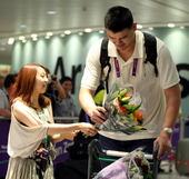 2012年7月25日,伦敦奥运央视解说团抵达伦敦。姚明笑纳美女献花。(摄影/搜狐体育 黎晗)