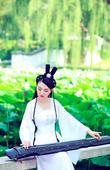 搜狐娱乐讯 近日,华语乐坛女歌手肖洋先后曝光了多组写真,而在这组古装写真中,肖洋身着不同风格的古典服...