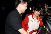 北京时间2012年7月31日,奥运冠军郭文�B及部分运动员回国抵达机场。郭文�B老公前来接机,大量粉丝为...