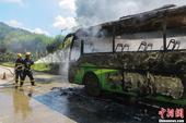 8月5日上午,广西贺州一辆中巴客车在行驶中发动机冒出白烟,随后车子起火自燃,贺州市消防支队接警后赶往...