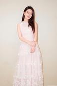 3月21日晚,赵丽颖工作室晒出了赵丽颖的写真照片。照片中,赵丽颖身着白色长裙,露出浅浅微笑,女神范儿...