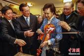2月18日,中国国民党荣誉主席、两岸和平发展基金会董事长连战(左二)携夫人在北京平谷区挂甲峪村参观。...