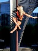 德国法兰克福,德国钢管舞冠军在公交车内及站台表演。