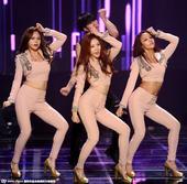 近日,韩国女团组合Purfles参加某活动身穿肉色服装扭臀跳舞,非常性感。