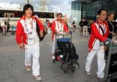 北京时间2012年8月4日,中国柔道队启程回国,在本届伦敦奥运会上中国柔道队获得一银一铜的成绩。(搜...
