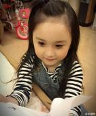 在《羋月传》中饰演童年羋月的小童星刘楚恬获得网友的喜爱,她在微博上晒出自己化妆的照片,不小心变成了小...