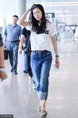 搜狐娱乐讯 刘雯现身上海机场。素颜的她长发披散走路带风星味不减,对镜微笑露梨涡。