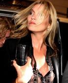 39岁的超模凯特莫斯(Kate Moss)在米兰出席某旗舰店开幕,穿着透明衬衫的她大方敞开怀抱习以为...